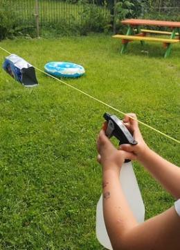 Spielidee für größere Kinder: Becher-Schießen